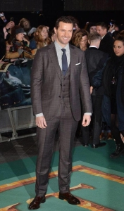 z12TH3BOFALondonPremiere--RichardArmitage-Suit02_Dec0114tycat-tweet-sized
