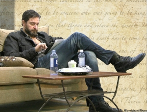 2013RichardArmitageScruffilyLoungingWithIpadTHUDApr0914velvettweet.png-smlr