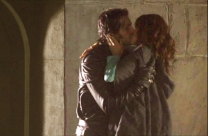 RichardArmitage-asSirGuy-kissing-LadyMarian-inRH2epi08_140_Sep1015ranet-Grati-crop-brt-clr-sized
