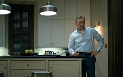 Roger-inSamsCabinKitchen-isKevinSpacey-inkitchen_house_of_cards_2_Nov2815iconeye-sized-shrp