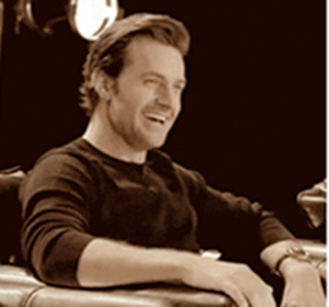 2013--RichardArmitage-smiling-atDofS-press-group-interview_Mar0316Grati-cap-from-MezzmerizedbyRichardTumblr-gif-sepia