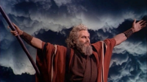 Charlton_Heston-asMoses_in_The_Ten_Commandments_film_trailer_Mar1816viaWiki-brt