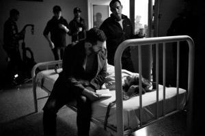 Brain-on-Fire--RichardArmitage-asDad-andChloeGraceMoretz-as-ill-daughter-hospitalscene_May1116viaTAE