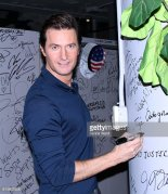 raportrait-2016-richardarmitage-signing-autograph-wall-looking-sexy_oct1116viadinnyschild
