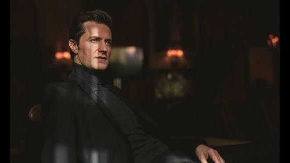 raportrait-2016-broadwayworld-janehotel-richardarmitage-leaning-back-in-chair_dec0116vianoemi
