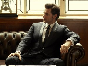 raportrait-2013x-esquire-tuxes-issue-richardarmitage-sitting-on-couch_nov2416viajuliak