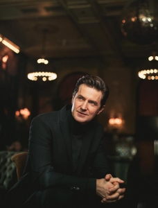 raportrait-2016-broadwayworld-janehotel-richardarmitage-sitting-lookingup-byemk_dec0216byrabulgariafm_grati-szd