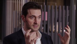 berlinstation-2016-richardarmitage-handgesture-in-interview-jan2717racviafernandam