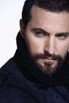 raportrait-2011-richardarmitage-inblshearling-coat-over-theshoulder-smoulder_feb1717imdb_grati-szdsmlr-blur
