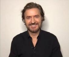 RAPortrait--2021x--RichardArmitage-smiling-sexy-in-black_Apr23-2021viaKatieC-viaGrati